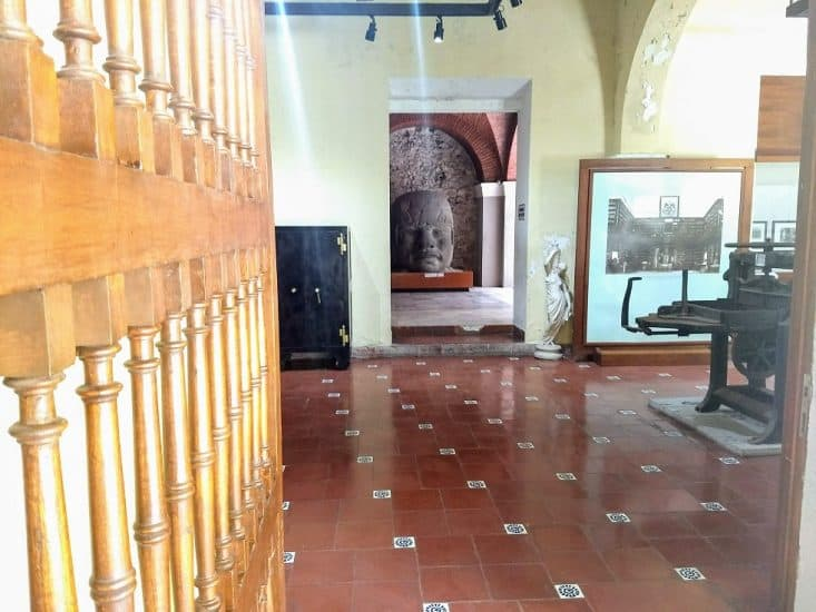Cabeza Olmeca y otras obras en el museo de la ciudad de Veracruz Coronel Manuel Gutiérrez Zamora