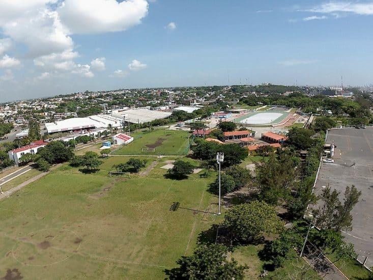 Canchas de futbol y pista para correr en el parque reino magico de Veracruz