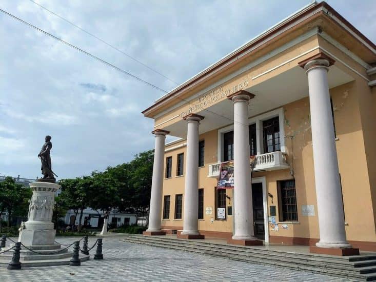 Escuela Francisco Javier Clavijero en el parque ciriaco vazquez en veracruz