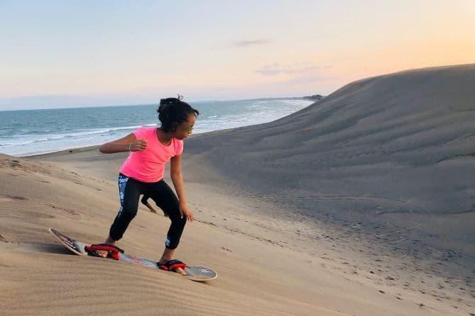 Niña realizando Sandboard en Chachalacas